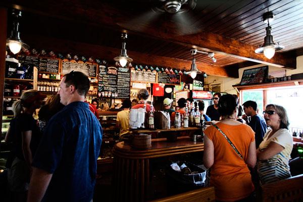 bar-noche-tematica-hostelclub-fripozo