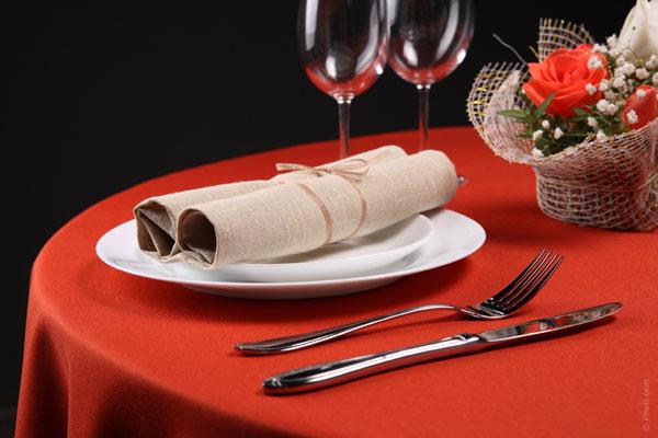 ideas-san-valentin-restaurante-mantel-rojo-centro-de-mesa