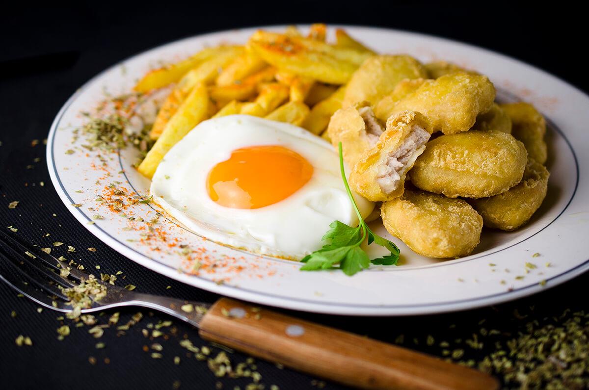 plato combinado con huevo frito y nuggets de pollo