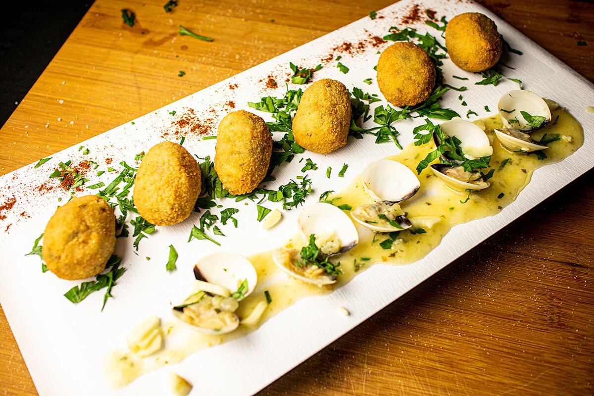plato de croquetas con almejas