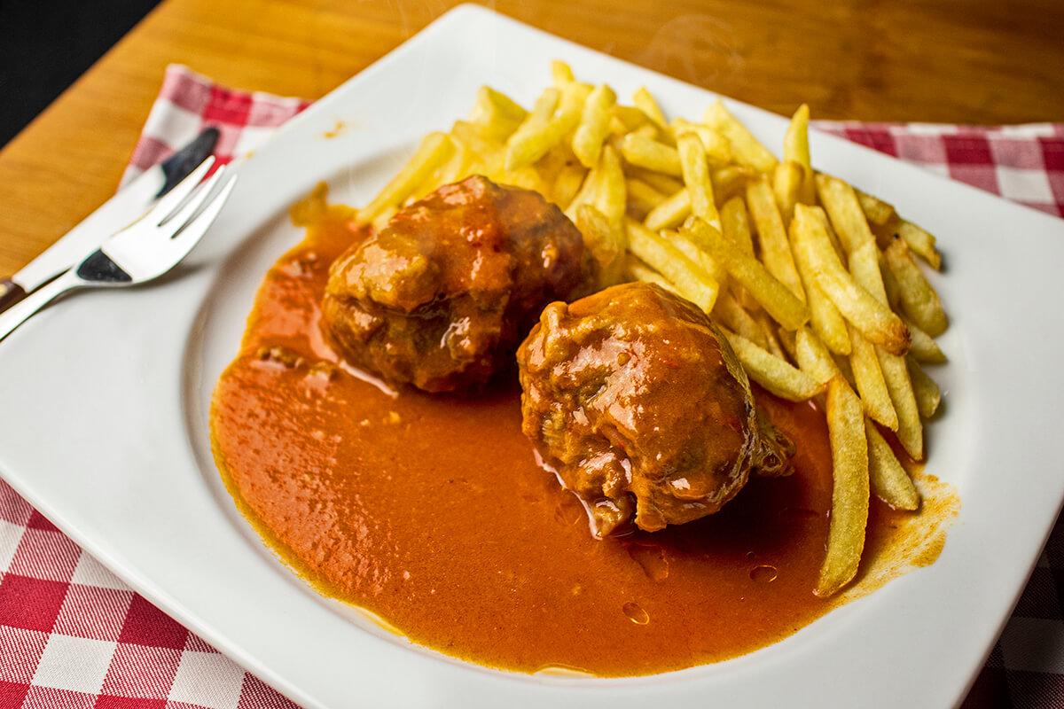 plato de carrillera de cerdo en salsa con patatas
