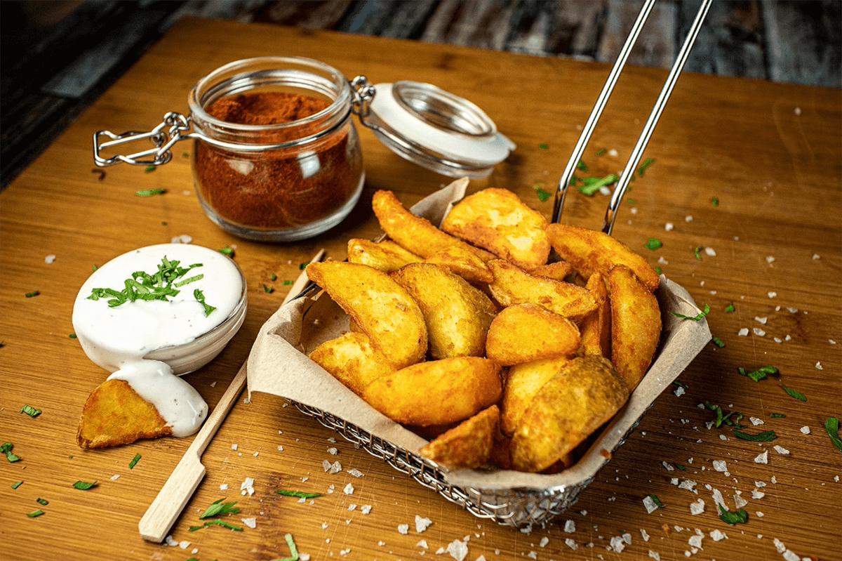 ración de patatas gajo saborizada con nuggets de pollo