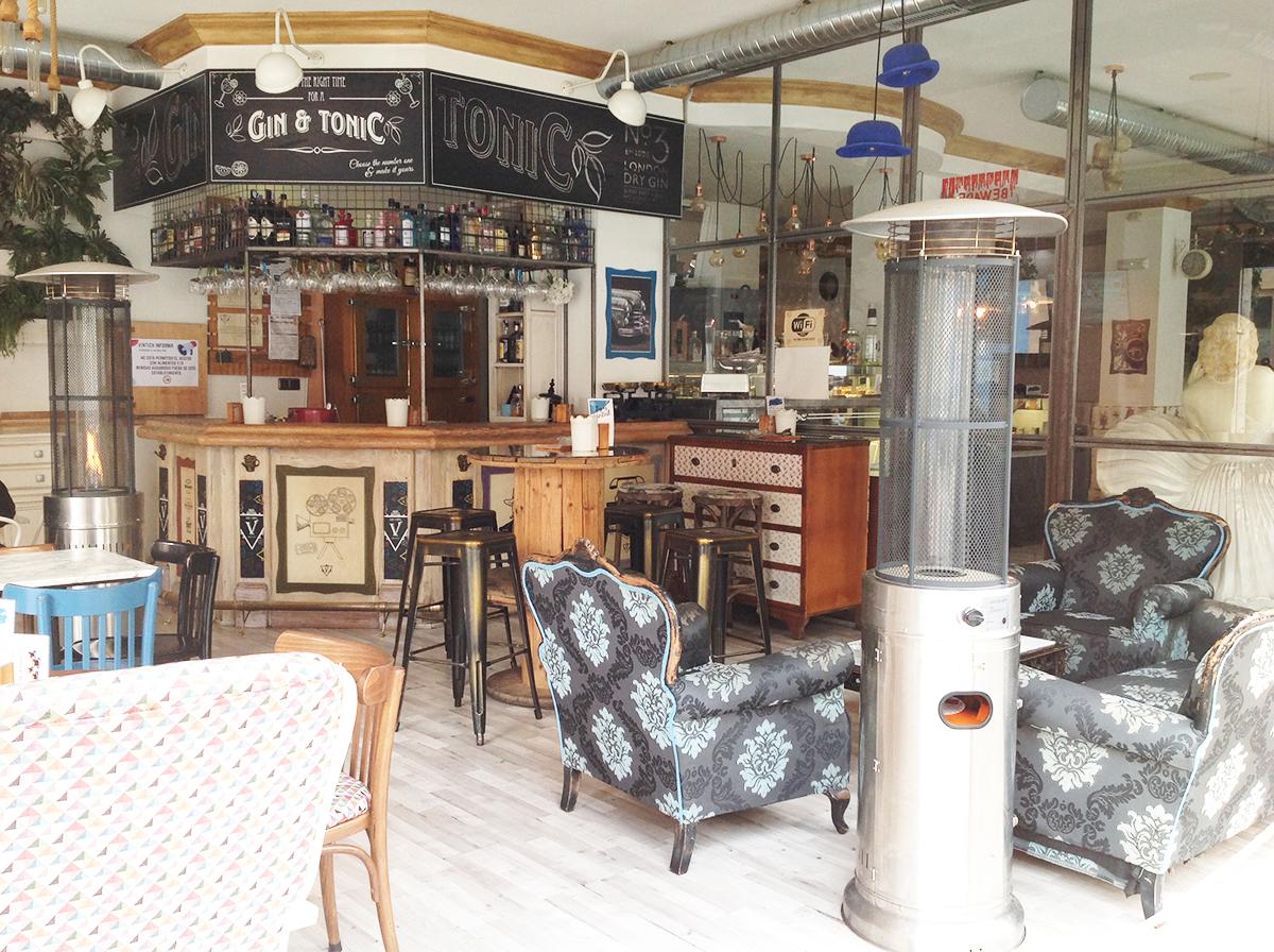 interior del bar de tapas retro en Jaén